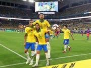 Neymar ist zurück: Der brasilianische Fussballstar feiert gemeinsam mit Dani Alves (13) und Richarlison (9) seinen Treffer zum 2:2 (Bild: KEYSTONE/AP Miami Herald/DAVID SANTIAGO)