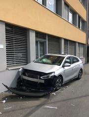 Das vorderste Auto ist durch den Aufprall gegen eine Hausmauer gefahren. (Bild: Luzerner Polizei, Emmenbrücke, 7. September 2019)
