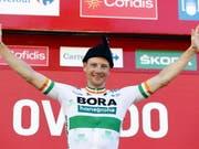 Irlands Meister Sam Bennett zelebriert in Oviedo seinen zweiten Vuelta-Etappensieg (Bild: KEYSTONE/EPA EFE/JAVIER LIZON)