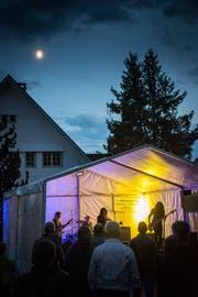 Nicht nur der Mann im Mond schaut zu: Vor der Engelbühne hat sich eine Truppe von Rockfans versammelt, um mit der Bündner Band Okto Vulgaris die Nacht einzuläuten.