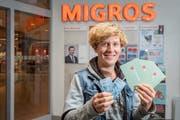 Debora Buess sammelt seit zehn Jahren mit der Cumulus-Karte für Bedürftige. (Bild: Urs Bucher)