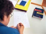 Die Stadtbibliothek zeigt Personen mit Schreib- und Leseschwäche Möglichkeiten auf, diese zu überwinden. (Bild: Keystone/Gaëtan Bally)