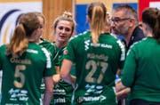 Brühls Trainer Rolf Erdin (zweiter von rechts) versucht, seine Spielerinnen in Schweden anzuspornen. (Bild: PD)