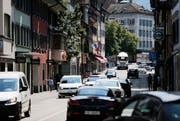 Verkehr auf der Neugasse in Zug. (Bild: Stefan Kaiser, Zug, 24. Juli 2018)