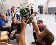 Eine der Aufgaben: Die Teilnehmer müssen die Flaschendeckel schätzen, die sich in einem grossen Glas befinden. (Bild: Yvonne Aldrovandi-Schläpfer)