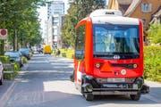 Der selbstfahrende Minibus in der Stadt Zug. (Bild: SBB)