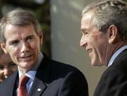 Rob Portman (l.) diente im Kabinett von US-Präsident George W. Bush unter anderem als Handelsbeauftragter. (Bild: Gerald Herbert/AP (Washington, 18. April 2006))