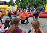 Zuschauermagnet: Jung und Alt spielen Fussball im lebensgrossen Töggelikasten. (Bild: Kurt Lichtensteiger)