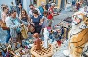 Auf der Suche nach Fundstücken: Besucher des Flohmarkts in der Zuger Altstadt. (Bild: Patrick Hürlimann, Zug, 3. Juni 2017)