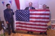Im Jahr 2002 besuchte Rob Portmann (Mitte) die Gemeinde Herbetswil SO. Der Republikaner überreichte dem damaligen Gemeindepräsidenten Hans Fluri (l.) und dem Bürgergemeindepräsidenten Robert Huber eine amerikanische Flagge, die einst über dem Washingtoner Kapitol wehte. (Bild: PD/Gemeindearchiv Herbetswil)