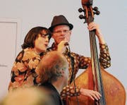 «Schuwapp-du-wapp» – Miriam Sutter singt Refrains mit Bassist Baldur Stocker. (Bild: Michael Hug)