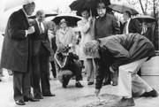 Grundsteinlegung des Hans Erni Museums durch den Künstler in Anwesenheit vom damaligen Bundespräsident Willi Ritschard. (Bild: Archiv Verkehrshaus der Schweiz, Luzern, 17. Juni 1978)