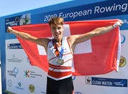 Der Zuger Skiffier Matthias Fernandez feiert die Silbermedaille. Bild: Swissrowing (Ioannina, 8. September 2019)