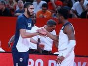 Auf Kurs Richtung Titel-Hattrick: Der Amerikaner Donovan Mitchell (rechts) klatscht mit Kollege Jayson Tatum auf den Viertelfinaleinzug ab (Bild: KEYSTONE/EPA COSTFOTO)