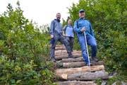 Der Wartauer Gemeindepräsident Beat Tinner (vorne) begeht zusammen mit dem Sarganser Gemeindepräsidenten Jörg Tanner (Mitte) und Jakob Gabathuler (hinten) von der Wartauer Wanderweg-Unterhaltsgruppe den neu gestalteten Weg zum Gonzen-Gipfel. (Bild: PD)