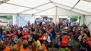 Die Plätze im Festzelt reichten an der Feier vom Samstag nicht aus, auch draussen standen viele Gäste. (Bild: PD)