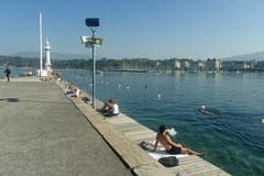 Sommerverlängerung in Genf: Leute im und um's Wasser. (Bild: Josef Müller)