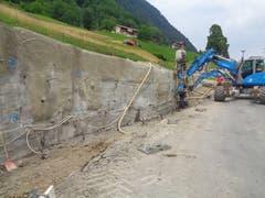 Nach dem Abriss der alten Mauer wird eine Schicht Spritzbeton auf den Hang aufgebracht und es werden Anker und Pfähle gesetzt. (Bild: PD)