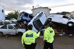 Zwei Polizisten begutachten die Lage in Sant Llorenc des Cardasar, in Mallorca am Tag danach. Wassermassen hatten die Provinz am Dienstagabend überrascht. (Bild: EPA/Atienza)
