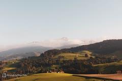 Das Appenzellerland bietet wunderbare Aussichtspunkte. Einer davon liegt unterhalb von Schwellbrunn mit der wunderbaren Aussicht Richtung Alpstein. (Bild: Philippe Müller)