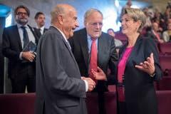 Auch heute noch immer für ein Spässchen zu haben: Altbundesrat Hans-Rudolf Merz, hier mit Bundesrat Johann Schneider-Ammann und Bundesratskandidatin Karin Keller-Sutter. (Bild: Benjamin Manser)