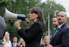 Die US-Botschafterin bei den Vereinten Nationen, Nikki Haley, hat überraschend ihren Rücktritt angekündigt. Haley werde ihr Amt zum Jahresende niederlegen, sagte US-Präsident Donald Trump. Die Hintergründe des Schrittes waren zunächst unklar.Bild: Seth Wenig/AP (New York, 27. September 2018)