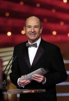 Peter Sauber freut sich im Rahmen der Verleihung des «SwissAward - Die Millionen-Gala» über seinen Preis in der Kategorie Wirtschaft. An derselben Veranstaltung wird er später auch zum «Schweizer des Jahres 2005» gekürt. (Bild: Steffen Schmidt/Keystone (Zürich, 14. Januar 2006))