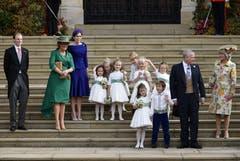 Sarah Ferguson (im grünen Kleid), rechts von ihr Princess Beatrice, Prinz Andrew (2.v.r.), neben ihm der kleine Prinz George und die kleine Prinzessin Charlotte. (Bild: Toby Melville/Pool via AP (Windsor, 12. Oktober 2018))