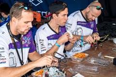 Essen und reparieren: Vor dem Rennen brauchen Piloten eine Stärkung. (Bild: Ueli Frey)