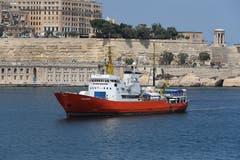 Das Rettungsschiff Aquarius soll unter Schweizer Flagge in See stechen, um Flüchtlinge zu retten. Das fordern über 27000 Menschen in einer Petition an den Bundesrat und das Parlament. Das Rettungsschiff Aquarius liegt seit letztem Donnerstag im südfranzösischen Marseille und sucht einen neuen Flaggenstaat. Bild: Domenic Aquilina/EPA (Valletta, 15. August 2018)