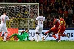Der Schweizer Torhüter Yann Sommer kämpft um den Ball gegen Belgiens Romelu Lukaku (2.v.r.). (Keystone/Ennio Leanza (Brüssel, 12. Oktober 2018)).