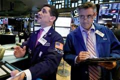 Der Schweizer Aktienmarkt SMI hat den vergangene Woche eingeleiteten Sinkflug noch beschleunigt. Seit vergangenem Donnerstag hat der Leitindex derzeit beinahe 500 Punkte nachgegeben. Zuvor hatten in den USA die Börsen einen ihrer schlimmsten Tage im laufenden Jahr erlebt.Bild: Richard Drew/AP (New York, 11. Oktober 2018)