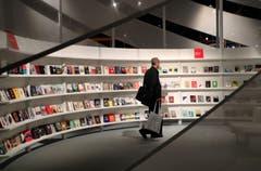 Am Mittwoch ist in Frankfurt die diesjährige Buchmesse gestartet, die heute zu Ende geht. Gastland ist Georgien. Zum 70-jährigen Bestehen hat die Buchmesse auch das Thema Menschenrechte ins Zentrum gerückt. Zudem ist das Thema «Publizieren im Eigenverlag» immer stärker präsent. Rund 7500 Aussteller aus 110 Ländern treten auf.Bild: Friedemann Vogel/EPA (Frankfurt a.M., 9. Oktober 2018)
