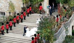 Prinzessin Eugenie and Jack Brooksbank verlassen die St. George's Kapelle. (Bild: Andrew Matthews/Pool via AP (Windsor, 12. Oktober 2018))