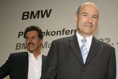 Die Übernahme: BMW-Motorsportchef Mario Theissen (links) und Peter Sauber verkünden an einer Pressekonferenz, dass der deutsche Autohersteller die Mehrheit am Schweizer Rennstall übernehmen wird. (Bild: Timm Schamberger/AFP (München, 22. Juni 2005)).