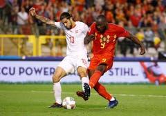Der Schweizer Ricardo Rodriguez (links) schirmt den Ball gegen Belgiens Romelu Lukaku ab. (Bild: Julien Warnand/EPA (Brüssel, 12. Oktober 2018))