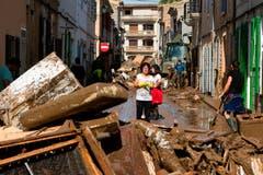 Nach dem verheerenden Unwetter auf Mallorca mit anschliessenden Überflutungen sind am Dienstagabend mindestens zwölf Menschen ums Leben gekommen, darunter drei Deutsche. Innerhalb von zwei Stunden stürzten 233 Liter/m2 vom Himmel.Bild: Francisco Ubilla/AP (Sant Llorenc, 11. Oktober 2018)