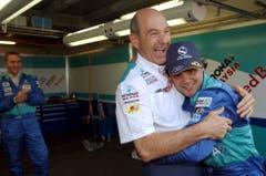 Peter Sauber umarmt nach dem GP von Monaco 2004 seinen Fahrer Felipe Massa. Der Brasilianer erreichte im Fürstentum den fünften Rang. (Jimmy Froideveaux/Keystone (23. Mai 2004))