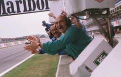Peter Sauber jubelt an der Boxenmauer von Barcelona seinem Fahrer Johnny Herbert zu. Der Brite belegte den hervorragenden fuenften Rang. (Bild: Jimmy Froidevaux/Keystone (25.Mai 1997))