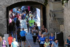 Die Läufer des 10-Kilometer-Laufes durchqueren das Schloss Hallwyl. (Bild: Andy Mettler/Swiss Image)