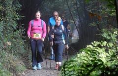 Zahlreiche Walker legen die 21,1 Kilometer mit Stöcken zurück. (Bild: Andy Mettler/Swiss Image)