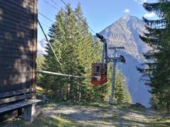 An der Bergstation Arnisee fährt die Luftseilbahn Intschi-Arnisee ein. (Bild: Urs Gutfleisch, 12. Oktober 2018))