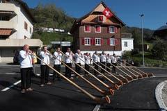 Die Alphorngruppe Echo vo de Bärenegg sorgt für Stimmung. (Bild: Roger Zbinden (Walchwil, 13. Oktober 2018))