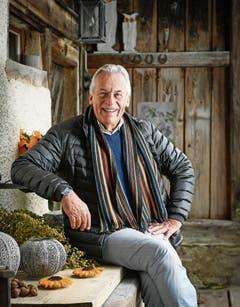 Lieber zu Hause als im Luxushotel: Pepe Lienhard, 72, vor seinem alten Bauernhaus in Frauenfeld. (Bild: Ralph Ribi (3. Oktober 2018))