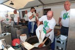 Etwas Boden ist wichtig zum Festen: Markus Hürlimann (Zweiter von rechts) und seine Kameraden beim Risotto kochen. (Bild: Roger Zbinden (Walchwil, 13. Oktober 2018))