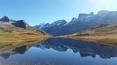 Spiegelklarer Oktobertag, die Berge sind zum Greifen nah. (Bild: Ernst Wyrsch (Tannalp, 12. Oktober 2018))