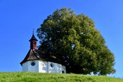 Die Wolfgangkapelle beim Schlössli Haggen im herbstlichen Föhnlicht. (Leserbild: Klaus Stadler - 5. Oktober 2018)