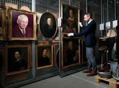 Museumsdirektor Marco Sigg ist glücklich über den Erwerb der Sammlung Luthiger. Dazu gehören Gemälde aus den letzten vier Jahrhunderten. (Bilder: Stefan Kaiser (Zug, 3. Oktober 2018))