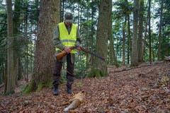 ...Fuchs an den Pelz. Der Jäger erweist dem geschossenen Tier die letzte Ehre. (Bild: Sandro Büchler)