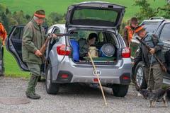 Die Jäger bereiten sich auf einen langen Tag vor. (Bild: Sandro Büchler)